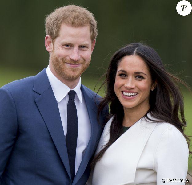 Le prince Harry et Meghan Markle photographiés dans les jardins du palais de Kensington le 27 novembre 2017 après l'annonce de leurs fiançailles. Le couple célébrera son mariage en mai 2018 dans la chapelle St George du château de Windsor.