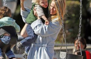 Naomi Watts en peignoir sur la plage... une maman poule pour son fils !