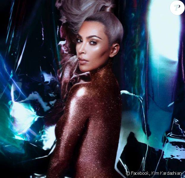 """Kim Kardashian pour la gamme """"Ultralight Beams"""" de KKW BEAUTY. Novembre 2017."""