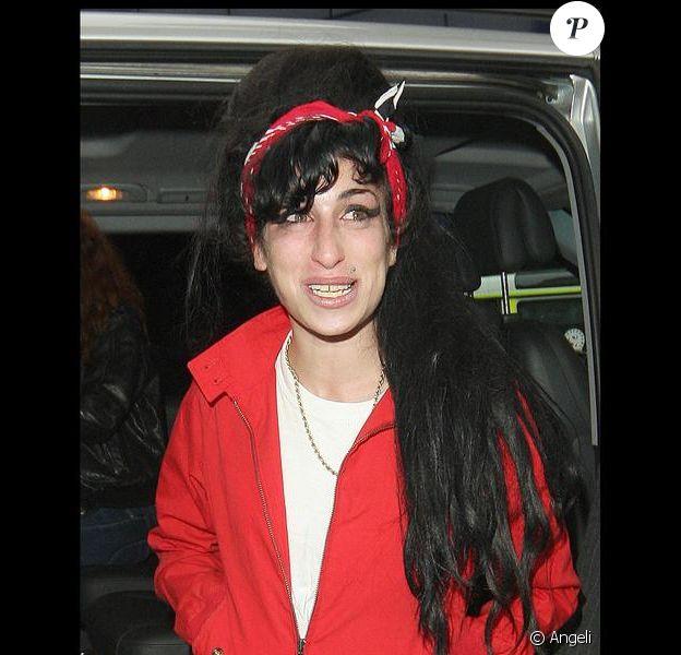Amy Winehouse à la descente de l'avion en revenant en Angleterre