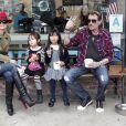 Laeticia et Johnny Hallyday avec leurs filles Joy et Jade après l'école, à Los Angeles le 7 février 2012.