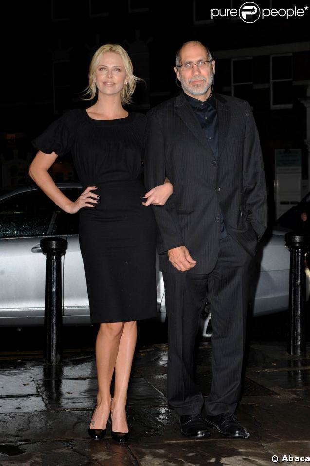 """Charlize Theron et Guillermo Arriaga au Everyman Cinema de Hampstead, à Londres, le 3 mars 2009, à l'occasion de l'avant-première de """"Loin de la terre brûlée"""""""