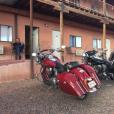 """Johnny Hallyday et sa bande en plein road trip à travers les Etats-Unis - """"Pause dodo"""" au Hat Rock Inn motel dans l'Utah, le 22 septembre 2016."""