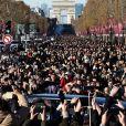 Le convoi funéraire de la dépouille du chanteur Johnny Hallyday descend l'avenue des Champs-Elysées accompagné de 700 bikers à Paris, le 9 décembre 2017. © Stéphane Lemouton/Bestimage