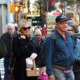 Exclusif - Kirsten Dunst et son fiancé Jesse Plemons se promènent à New York le 17 novembre 2017.