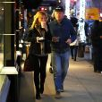 Exclusif - Kirsten Dunst et son fiancé Jesse Piemons lors d'une balade romantique, de nuit, à New York le 16 novembre 2017