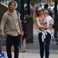 Exclusif - Candice Swanepoel se promène avec son fiancé Hermann Nicoli et leur fils Anaca à New York le 8 octobre 2017.