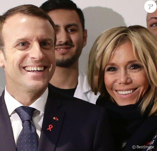 Le président Emmanuel Macron et sa femme Brigitte Macron (Trogneux) lors de la visite du centre hospitalier Delafontaine à Saint-Denis dans le cadre de la journée mondiale de lutte contre le Sida le 1er décembre 2017. © Stéphane Lemouton / Bestimage