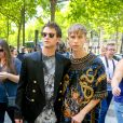 Brandon Flynn et Tommy Dorfman au défilé de mode Balmain homme printemps-été 2018 à l'hôtel Potocki à Paris, France, on June 24, 2017. © CVS/Veeren/Bestimage