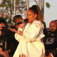 Rihanna chante devant ses fans avec Kendrick Lamar dans les rues de Los Angeles, le 21 décembre 2017.