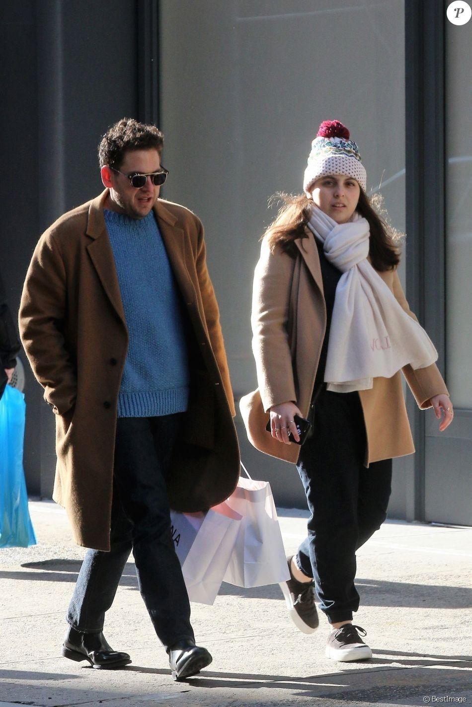Exclusif - Jonah Hill fait du shopping avec sa soeur Beanie Feldstein dans le quartier de Soho à New York, le 11 décembre 2017. Le 22 décembre 2017, leur grand frère Jordan Feldstein, manager très apprécié dans le monde de la musique, est mort d'une crise cardiaque.