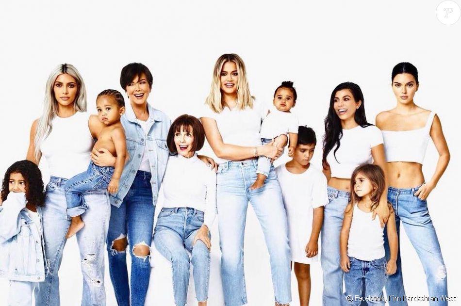 La famille Kardashian réunie sur sa carte de Noël. Décembre 2017.