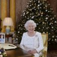La reine Elizabeth II dans le salon 1844 à Buckingham Palace lors de l'enregistrement de son allocution de Noël le 25 décembre 2017.
