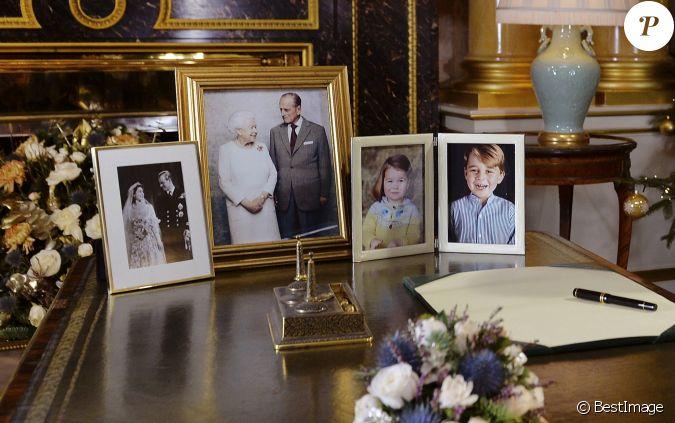 photo de mariage et portrait des noces de platine de la reine elizabeth ii sur le bureau du. Black Bedroom Furniture Sets. Home Design Ideas
