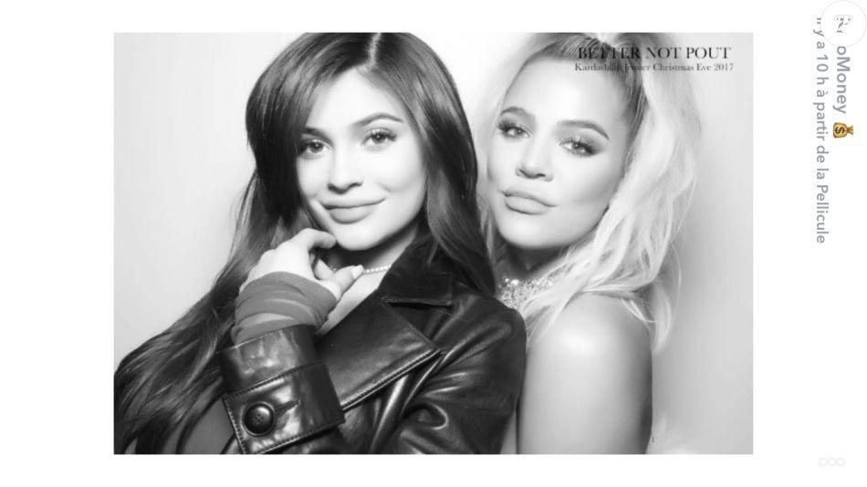 Kylie Jenner et Khloé Kardashian, toutes deux enceintes, prennent la pose pour la soirée de Noël 2017. Décembre 2017.