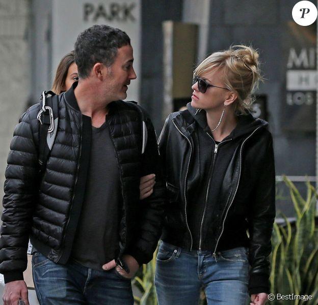 Exclusif - Ana Faris fait du shopping avec son compagnon Michael Barrett à Los Angeles le 23 decembre 2017.