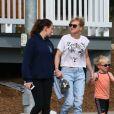 Exclusif - Anna Faris se balade avec son compagnon Michael Barrett et son fils Jack Pratt à Los Angeles, le 10 décembre 2017