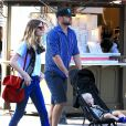 Exclusif - Brooklyn Decker et son mari Andy Roddick font du shopping avec leur fils Hank Roddick à The Grove à Hollywood, le 11 avril 2017.