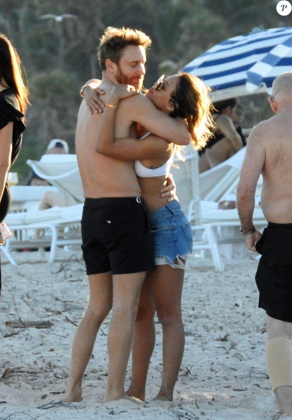 Exclusif -  David Guetta et sa compagne Jessica Ledon profitent de la plage avec leurs amis lors de leurs vacances de Noël à Miami. Le 27 décembre 2017