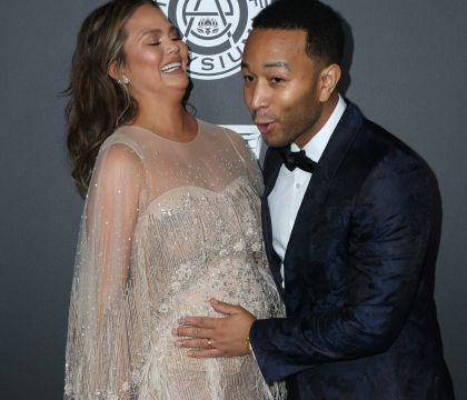 Chrissy Teigen enceinte et Amber Heard très décolletée avant les Golden Globes