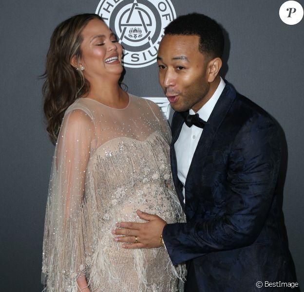 """Chrissy Teigen, enceinte et son mari John Legend - Soirée """"John Legend's HEAVEN"""", 11e édition du gala de la fondation The Art Of Elysium. Santa Monica, le 6 janvier 2018."""