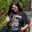 Exclusif - Kylie Jenner porte un t-shirt avec une feuille de cannabis (de la tournée Up in Smoke Tour en l'an 2000) alors qu'elle va chercher à manger au restaurant Blue Table à Los Angeles, le 4 août 2017.