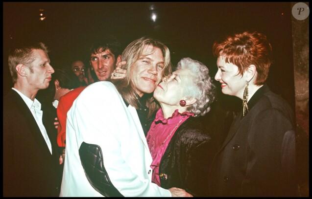 Archives - Patrick Juvet et sa mère Janine avecFabienne Thibeault dans un restaurant parisien en avril 1994