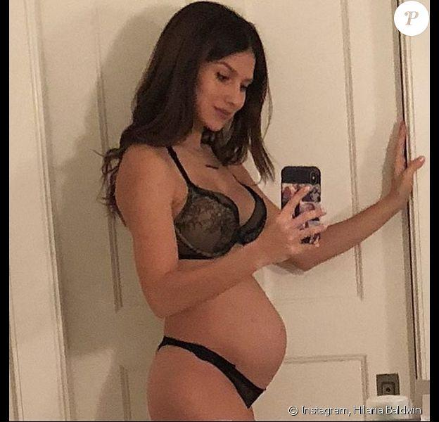 Hilaria Baldwin, enceinte de son quatrième enfant. Décembre 2017.
