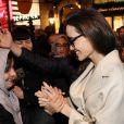 Angelina Jolie est attendue par de nombreux fans à la sortie de la boutique Guerlain des Champs-Elysées à Paris après avoir tourné une publicité dans le magasin, à Paris le 29 janvier 2018.