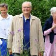 Le prince Henrik de Danemark avec la reine Margrethe et leur fils aîné le prince héritier Frederik le 25 juillet 2017 à Grasten.