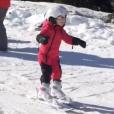 La princesse Gabriella de Monaco lors de sa première fois sur des skis (en bleu derrière elle, son frère le prince Jacques), image issue d'une vidéo publiée le 31 janvier 2018 sur son compte Instagram par la princesse Charlene de Monaco.