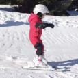 La princesse Gabriella de Monaco lors de sa première fois sur des skis, image issue d'une vidéo publiée le 31 janvier 2018 sur son compte Instagram par la princesse Charlene de Monaco.