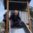 """Le prince Jacques fait du toboggan. La princesse Charlene de Monaco a publié le 21 janvier 2018 sur son compte Instagram des photos de ses enfants le prince Jacques et la princesse Gabriella prises lors d'une """"matinée fun"""" où ils ont joué au square et visité l'exposition Bugatti aux Terrasses de Fontvieille."""