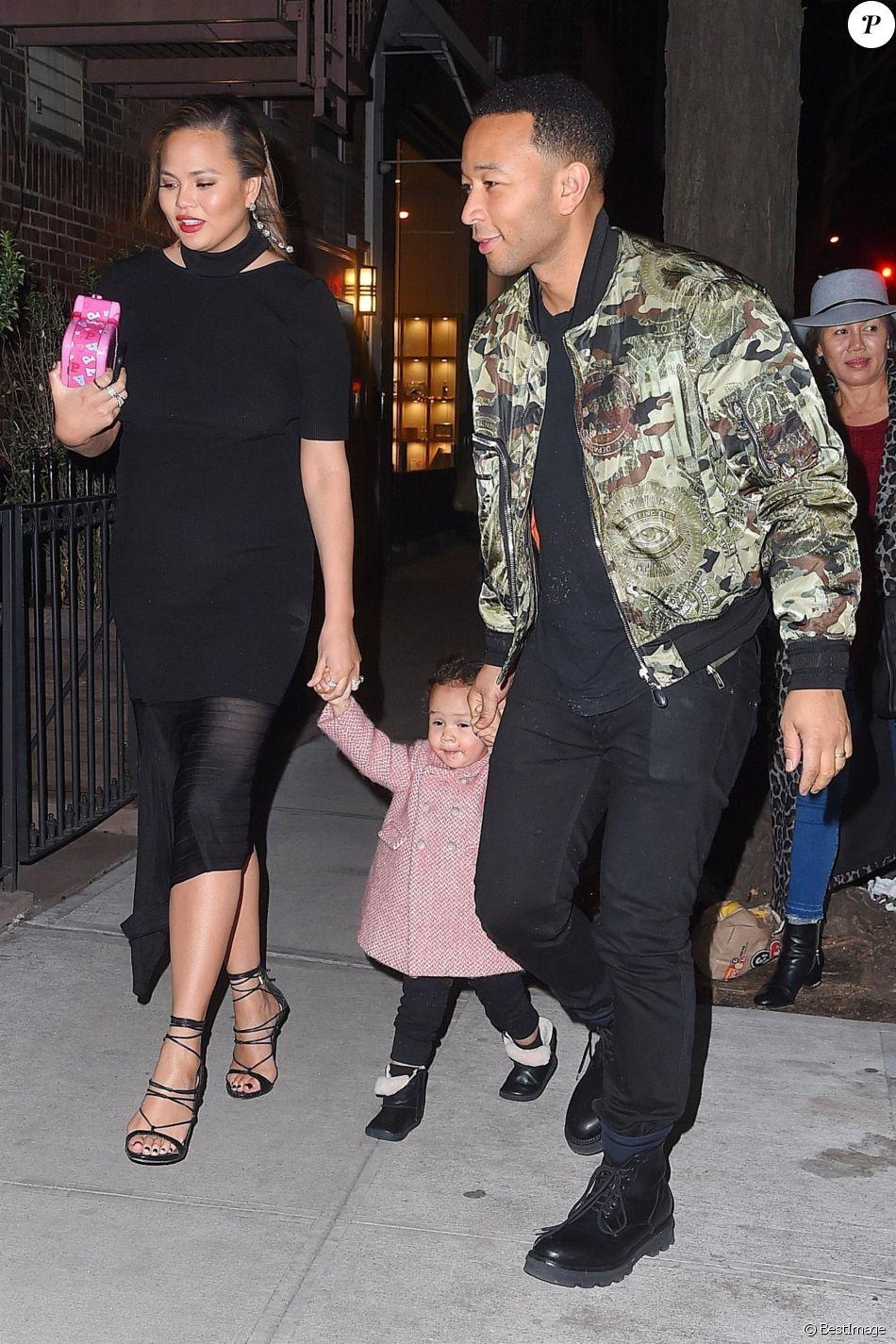 Exclusif - Chrissy Teigen (enceinte), John Legend et leur fille Luna dans les rues de New York, le 31 janvier 2018