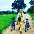 Première photo des jumelles Estere et Stella et confirmation de Madonna de leur adoption sur Instagram, le 8 février 2017.