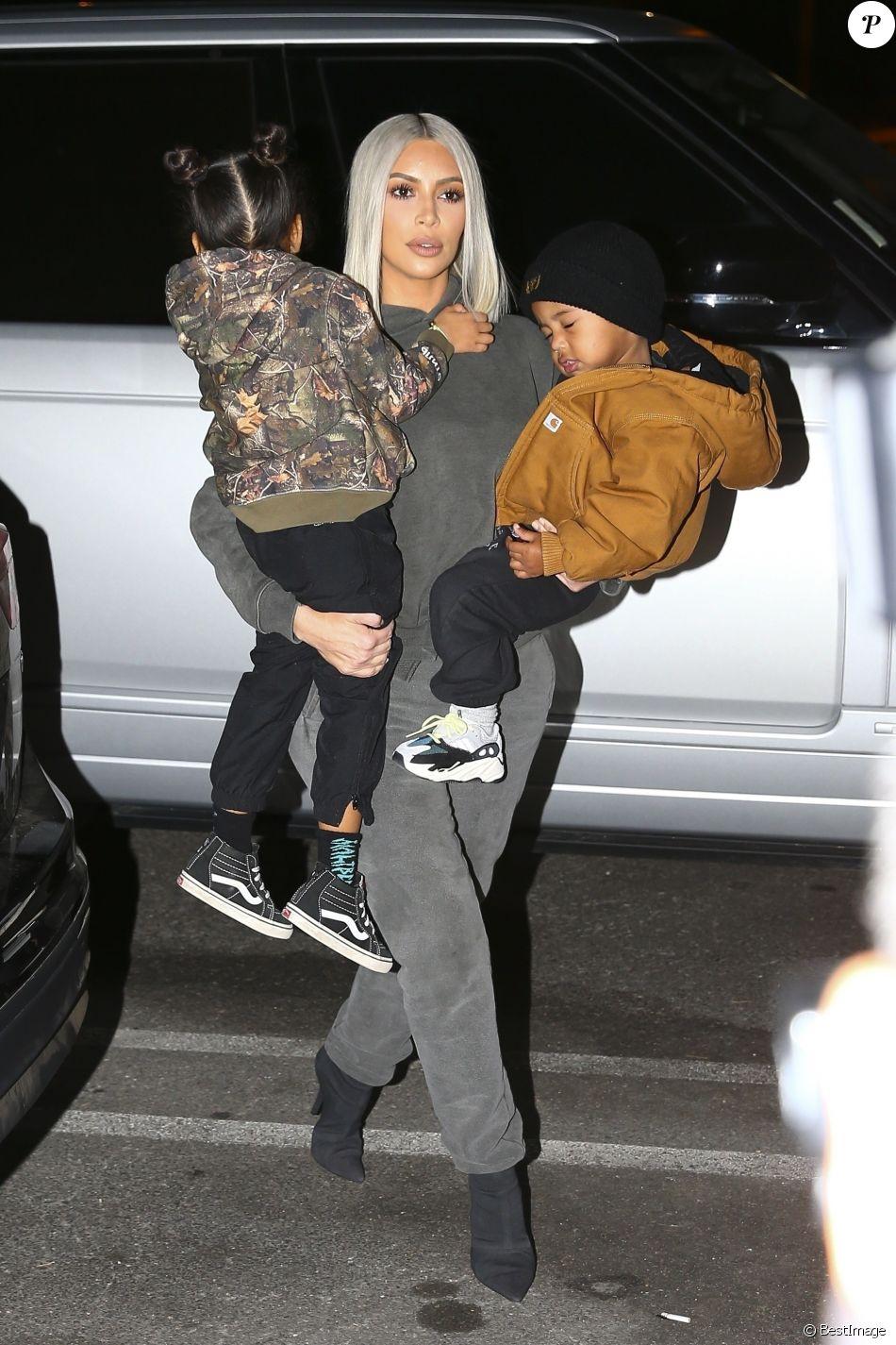 Kourtney Kardashian et sa fille Penelope avec son compagnon Younes Bendjima, Kim Kardashian et ses enfants North et Saint sont allées faire du patin à glace à Malibu le 23 decembre 2017.