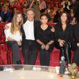 """Nicole Croisille, Elisa Huster, Michel Drucker, Toscane Huster, Cristiana Reali et Francis Huster - Enregistrement de l' émission """"Vivement Dimanche"""" à Paris le 24 septembre 2014."""
