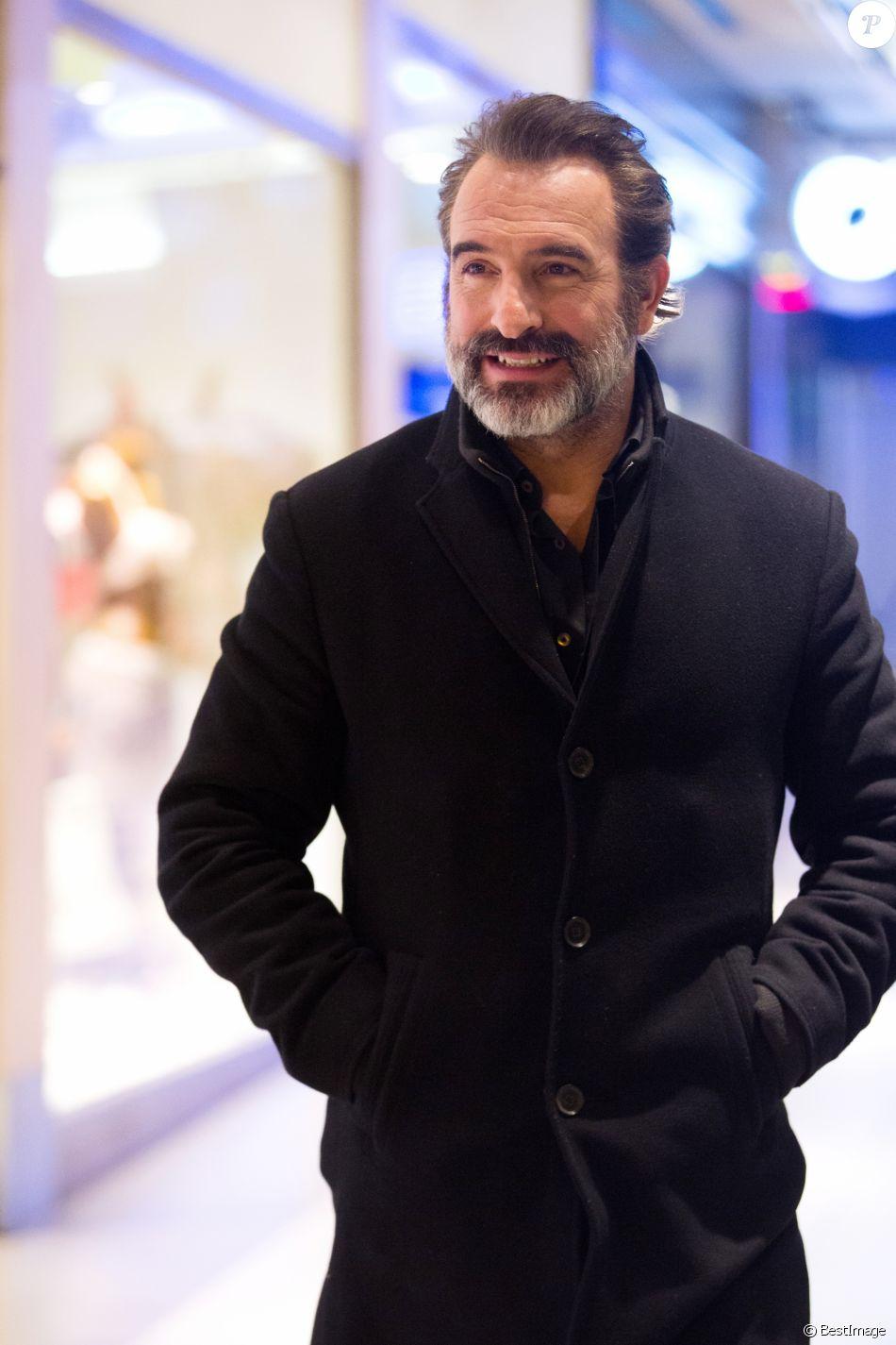 """Exclusif - Jean Dujardin arrive à l'avant-première du film """"Le Retour du héros"""" au cinéma UGC Toison d'Or à Bruxelles, le 6 février 2018."""