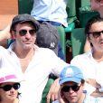 Jean Dujardin et Yvan Attal à la finale homme des Internationaux de France de tennis de Roland Garros à Paris le 8 juin 2014.