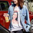 """Selena Gomez, portant un t-shirt à son effigie, va s'acheter un café à emporter chez """"Greenware"""" à Los Angeles, le 8 février 2018."""