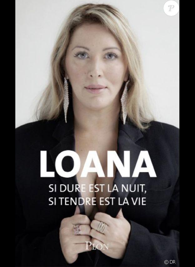 """""""Si dure est la nuit, si tendre est la vie"""" est le nouveau livre de Loana à paraître chez Plon au pmois de mars. Elle apparaît particulièrement amincie sur la couverture."""