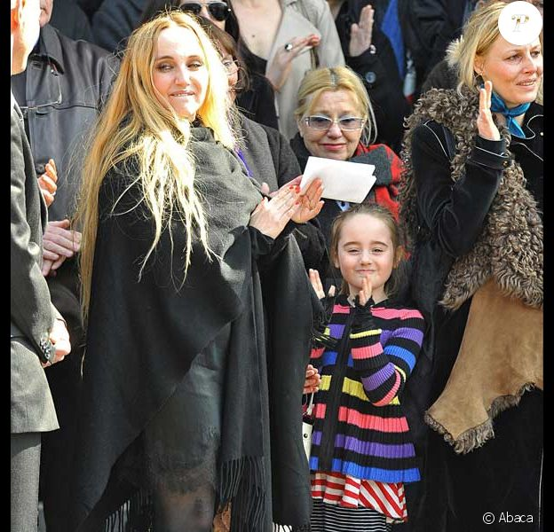 Chloé Mons et sa fille Popée à la sortie de l'église