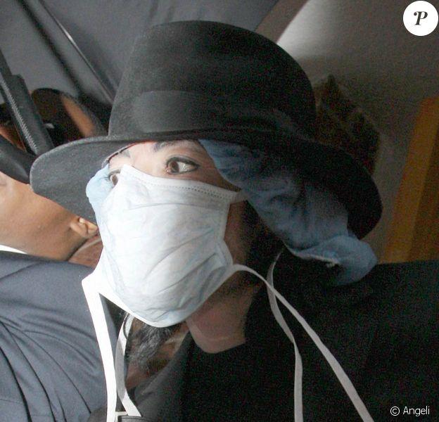 Michael Jackson à la sortie d'une clinique de Beverly Hills