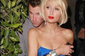 Paris Hilton, toujours collée à son nouveau fiancé, invente la mode... du demi-collant !