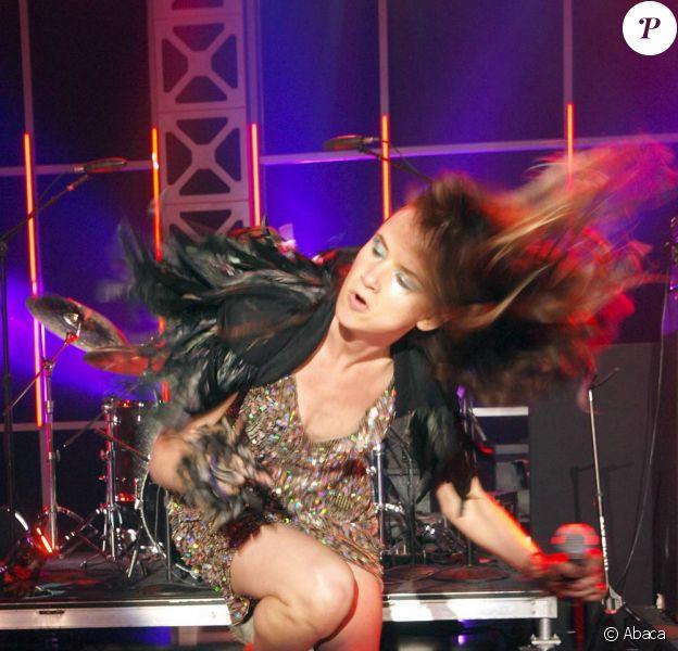 Juliette Lewis en concert avec The New Romantiques lors du festival SXSW à Austin, Texas, le 20 mars 2009. Le air guitar, tout un art !
