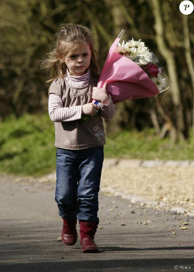 une petite fille apporte des fleurs apr s le d c s de jade. Black Bedroom Furniture Sets. Home Design Ideas