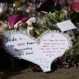 Les hommages des anonymes suite au décès de Jade Goody devant sa maison le 22 mars