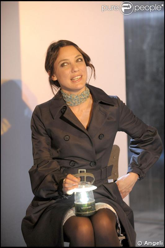 Emma Colberti dans la pièce A voir absolument au théâtre des Mathurins à Paris du 20 mars au 3 mai 2009