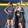 """Kendall Jenner et Khloé Kardashian enceinte - La famille Kardashian (et leur équipe """"Calabasas Peaches"""") lors d'un match de softball avec des amis à Los Angeles, le 6 mars 2018."""