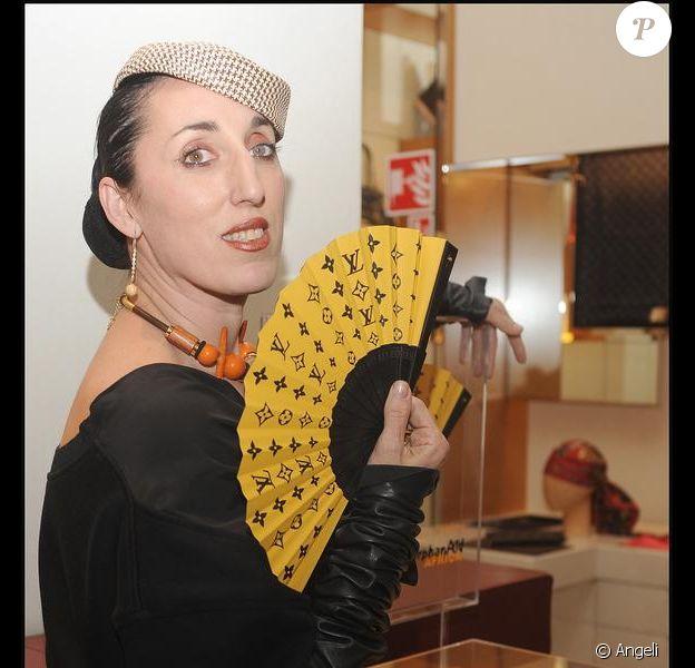 Rossy de Palma faisant la promotion des éventails Louis Vuitton à Madrid